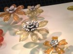 plastikowe kwiaty na stole