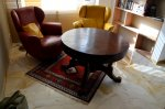 okrągły stolik z ciemnego drewna