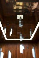 lustro w suficie z białą ramą