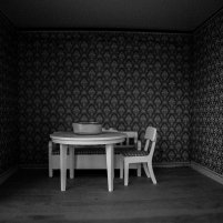 biały stół i krzesła