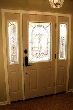 Drzwi drewniane z ozdobną szybą